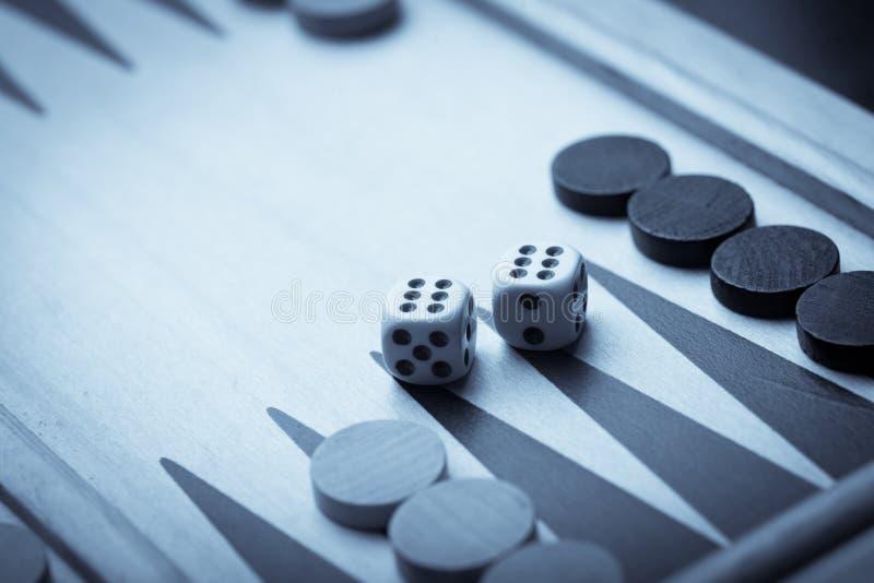 西洋双陆棋板和彀子 免版税库存图片