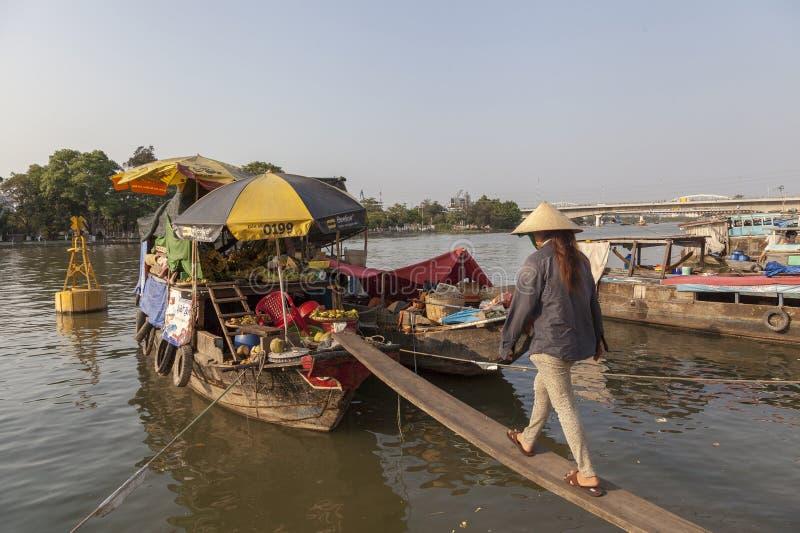 西贡河的船民 库存图片