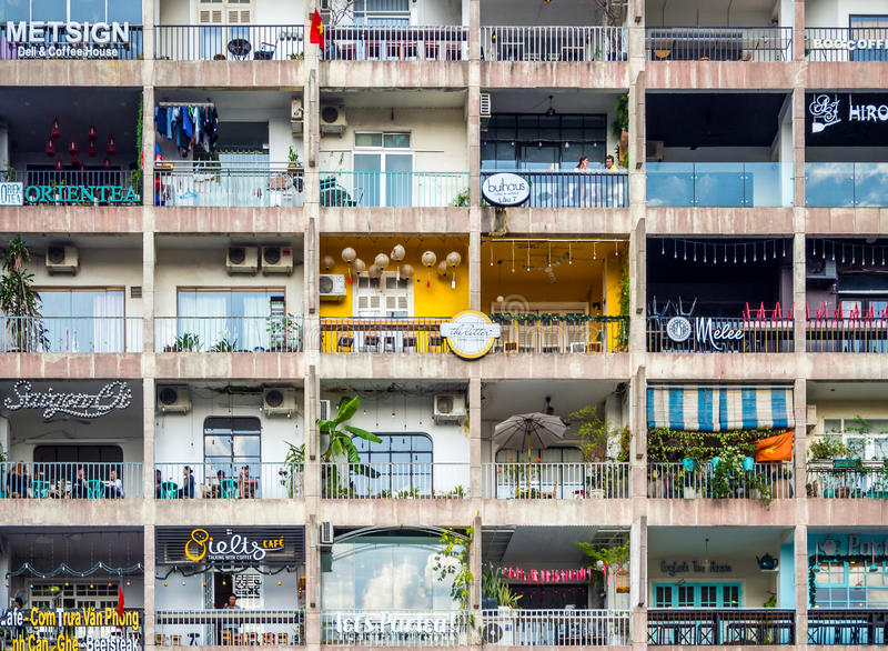 西贡,胡志明市,越南, 2017年1月:[与许多舱内甲板和商店,西贡越南生存样式的公寓 免版税库存照片