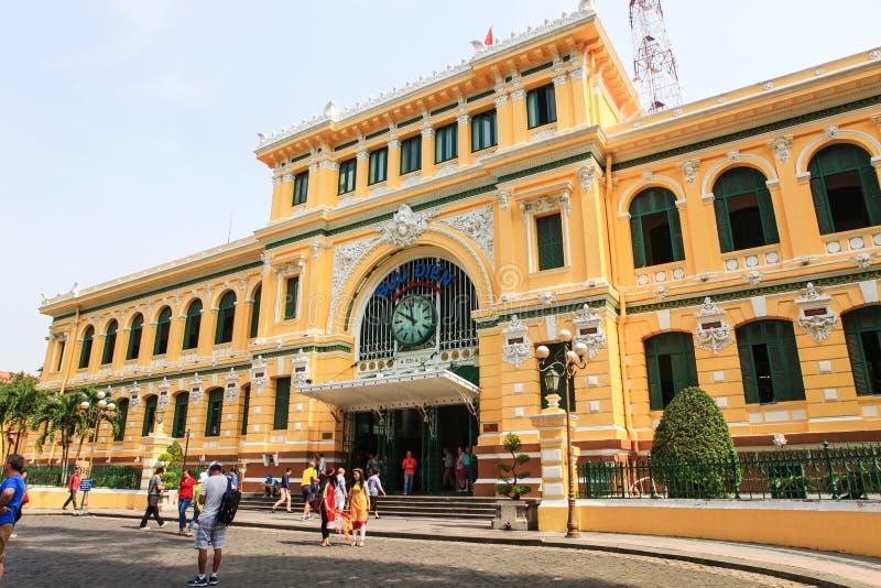 西贡,越南, 2015年1月, 20日 走在西贡邮局附近的人们 免版税库存图片