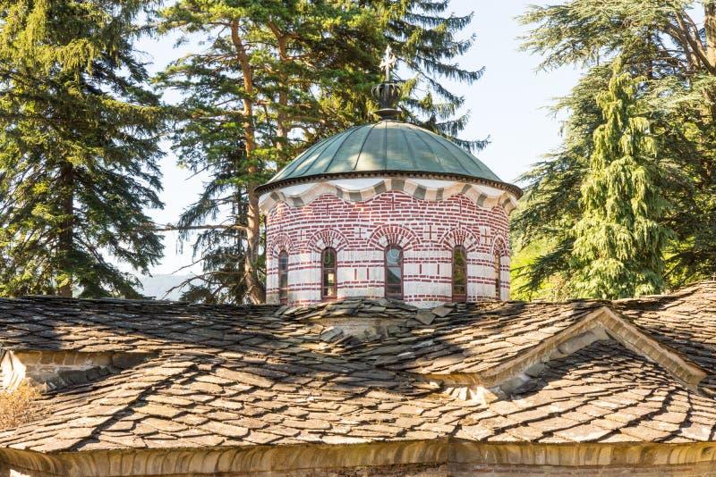主要寺庙的石屋顶和圆顶样式在老特罗扬修道院里在保加利亚 图库摄影