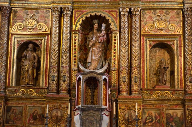 主要教堂中殿和法坛在贝坦库里亚圣玛丽大教堂教会里在费埃特文图拉岛 免版税库存照片