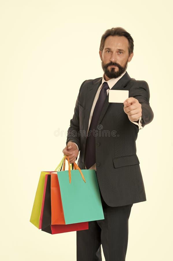 要求提供您的购买 商人正装拿着束纸袋,当演艺界卡片时 r 库存照片