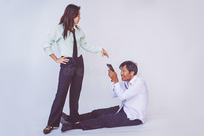 要求的妻子她的丈夫,举行空wal的丈夫更多金钱  库存照片