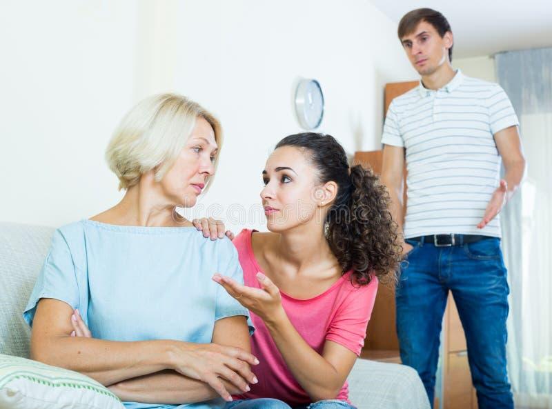 要求的家庭成员资深母亲忘记进攻 免版税图库摄影