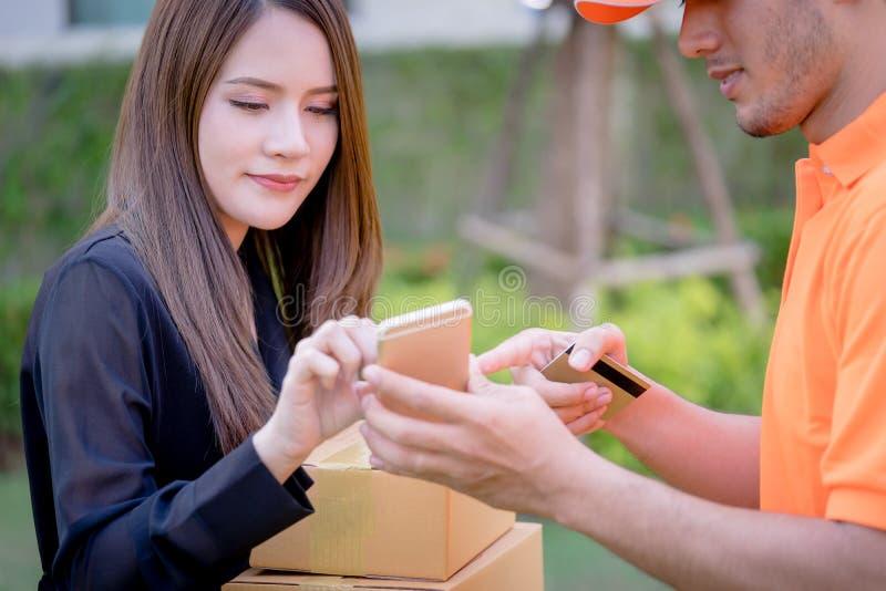 要求的送货人妇女签署交付的机动性 库存照片