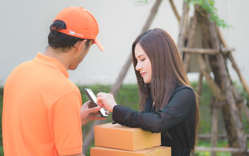要求的送货人妇女签署交付的机动性 免版税库存图片
