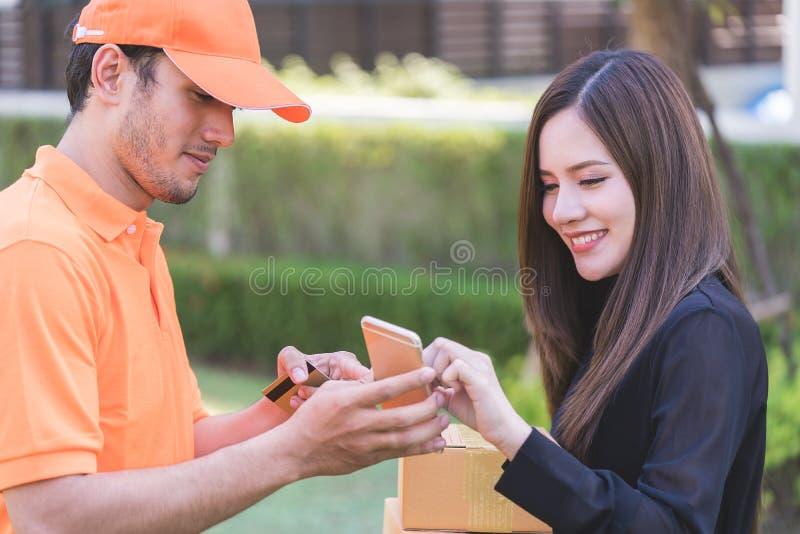 要求的送货人妇女签署交付的机动性 免版税库存照片