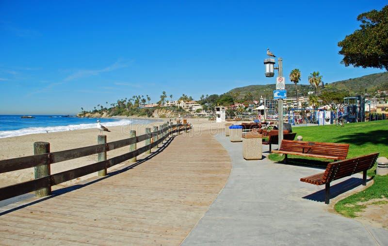 主要海滩和木板走道在拉古纳靠岸,加利福尼亚 免版税库存照片