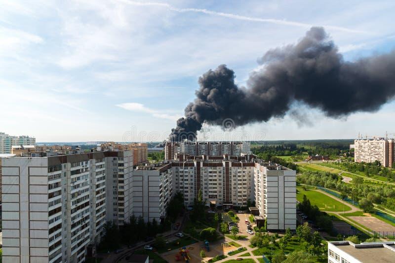 从主要火的黑烟在莫斯科,俄罗斯 库存图片