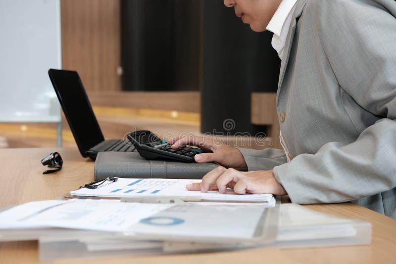 要计算收支&预算的财政顾问用途计算器 库存图片