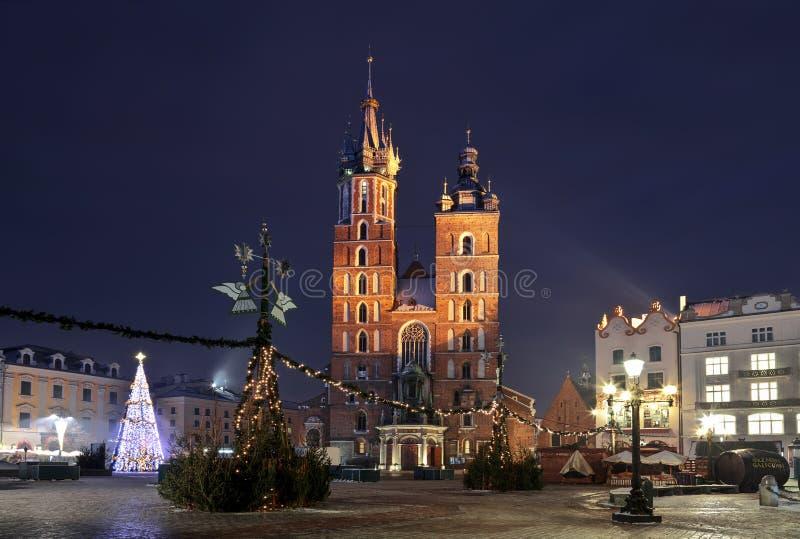 主要集市广场在克拉科夫,圣玛丽大教堂在晚上, 免版税库存照片