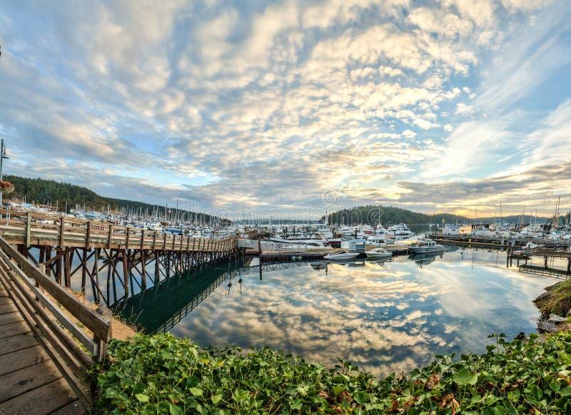 覆盖反映在日出在星期五港口,华盛顿 图库摄影