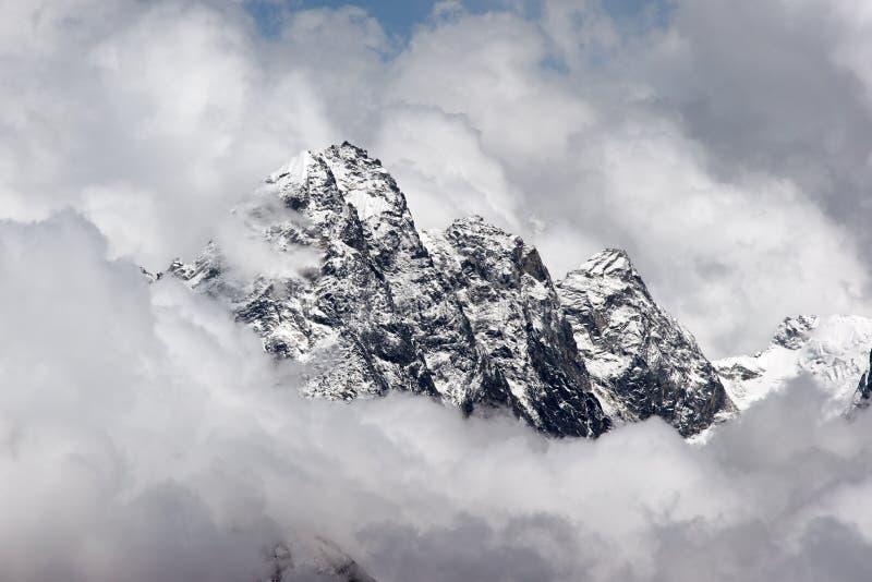 覆盖喜马拉雅山岩石停留的山顶 免版税图库摄影