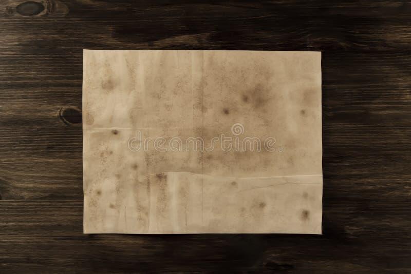 覆盖在年迈的木背景的老葡萄酒纸 库存照片