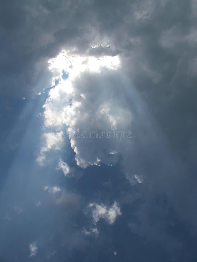 Download 覆盖天空 库存图片. 图片 包括有 飞行, 阳光, 蓝色, 本质, 光芒, 背包, 天堂, 微明, 积云, 幽暗 - 177115