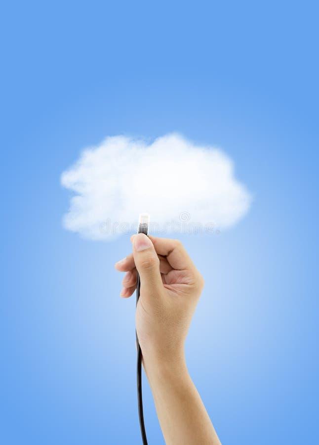 覆盖存贮概念-有连接入networ的云彩的以太网电缆的手 免版税库存照片