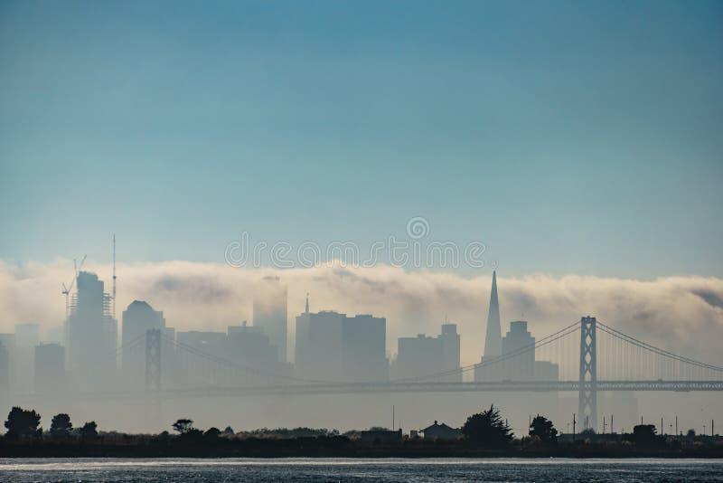 覆盖旧金山地平线的雾 免版税图库摄影