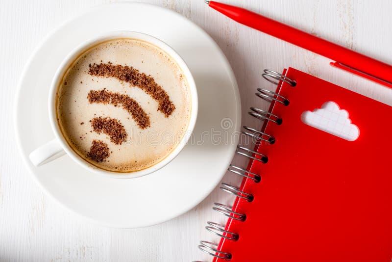 覆盖沟通的计算机计算的概念膝上型计算机被找出的资源 Wifi标志 免版税库存图片