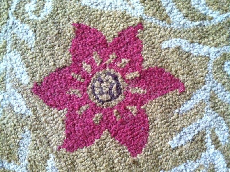 覆盖着与一朵桃红色花的纹理在中心 免版税库存图片