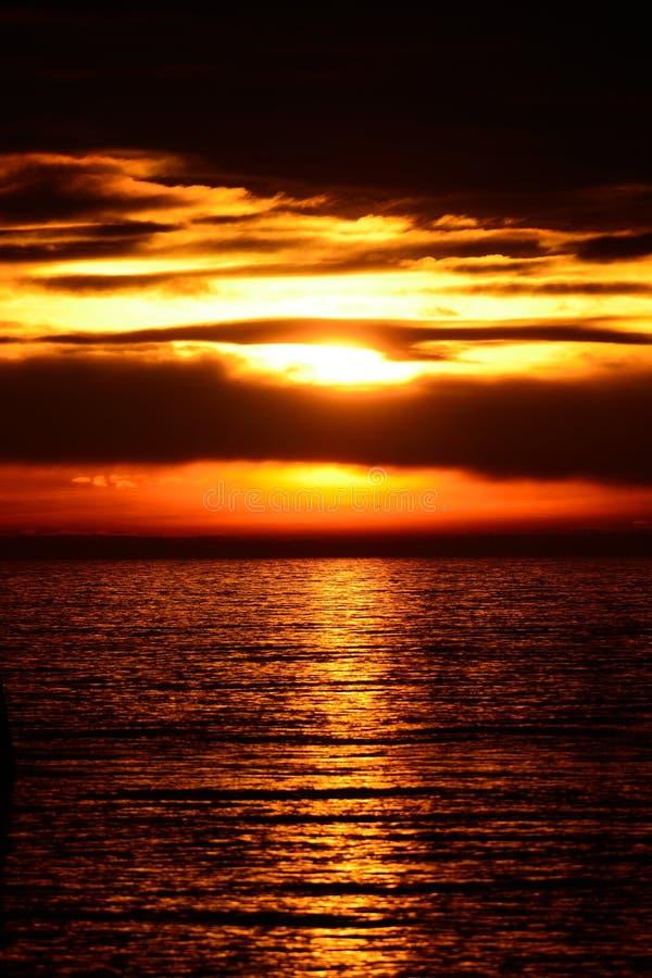 覆盖黑暗的海景天空日落 库存图片