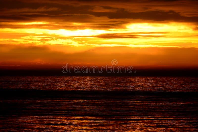 覆盖黑暗的海景天空日落 库存照片