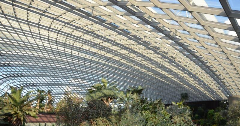 覆以圆顶附寄庭院的结构由海湾 免版税图库摄影