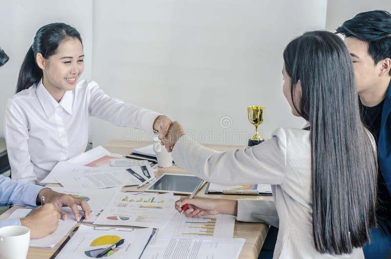 见到你很高兴!握手的两名女实业家特写镜头  免版税库存照片