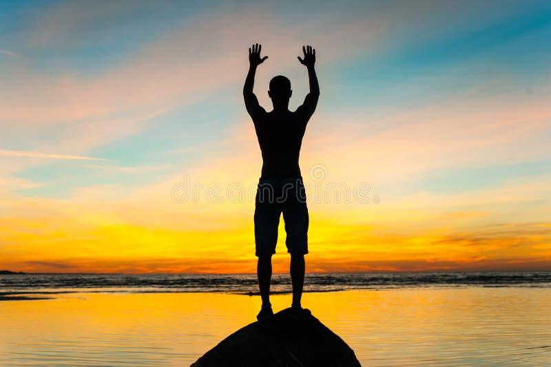 见面一新的天 在阳光的人剪影 库存照片