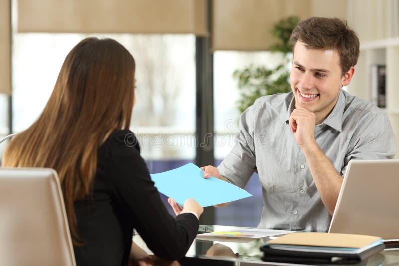 见面和工作在办公室的买卖人 图库摄影
