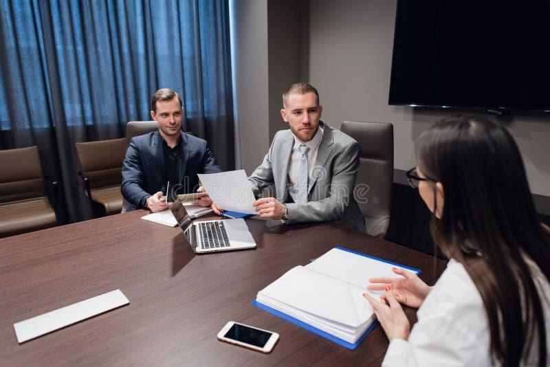 见面在会议室的工友在办公室谈论项目 库存照片