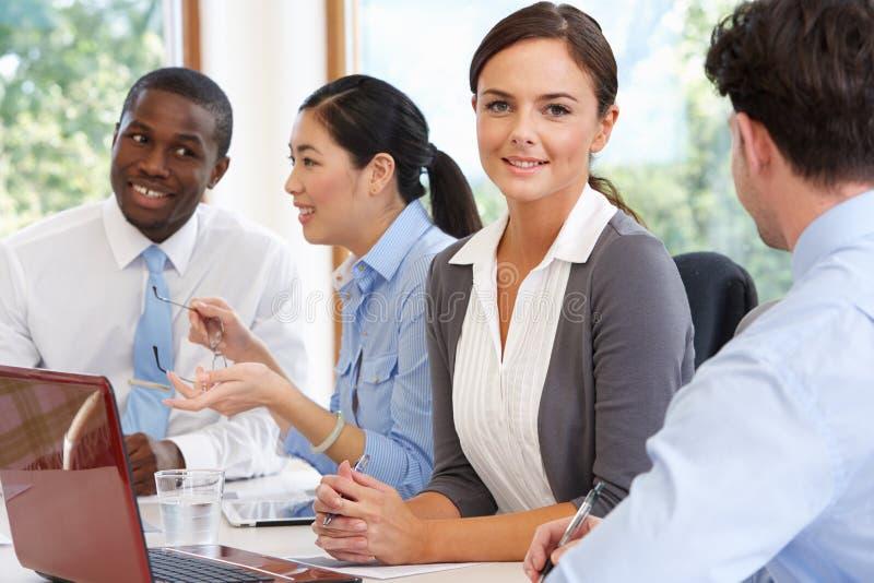 见面在会议室表附近的小组买卖人 免版税库存照片