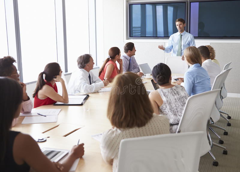 见面在会议室表附近的小组买卖人 免版税图库摄影