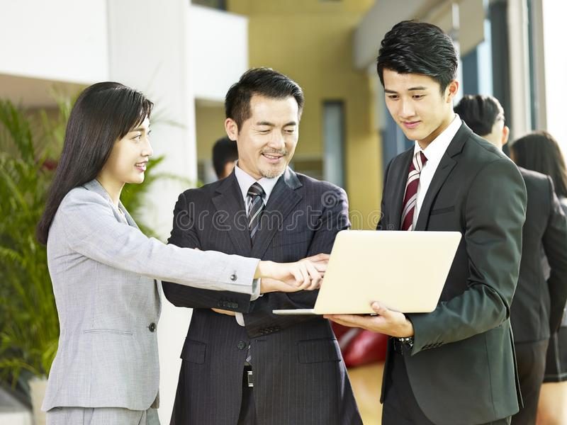 见面在公司大厅的亚裔商人 免版税图库摄影