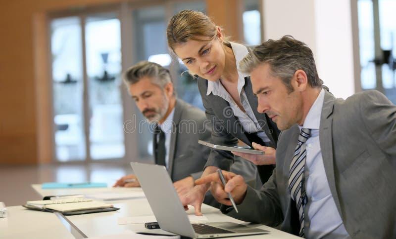 见面在办公室的业务伙伴 免版税库存照片