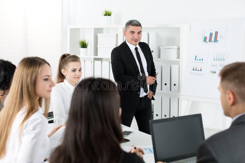 见面在办公室的商人谈论项目 库存照片