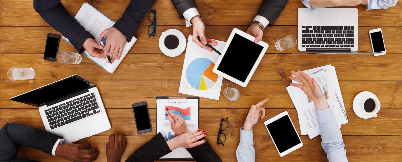 见面在办公室的小组繁忙的商人,顶视图 免版税图库摄影