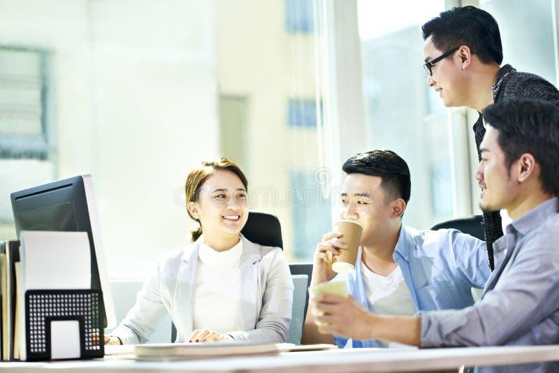 见面在办公室的年轻亚裔商人 库存图片