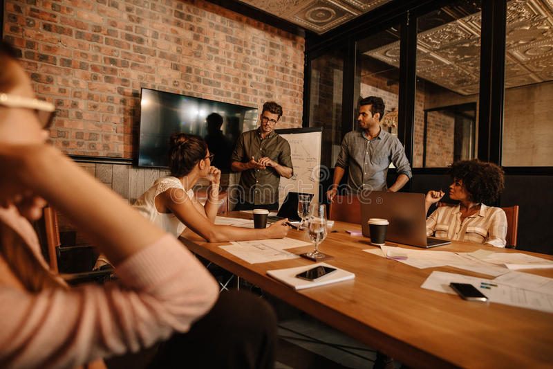 见面在办公室的混合的族种人 免版税库存图片