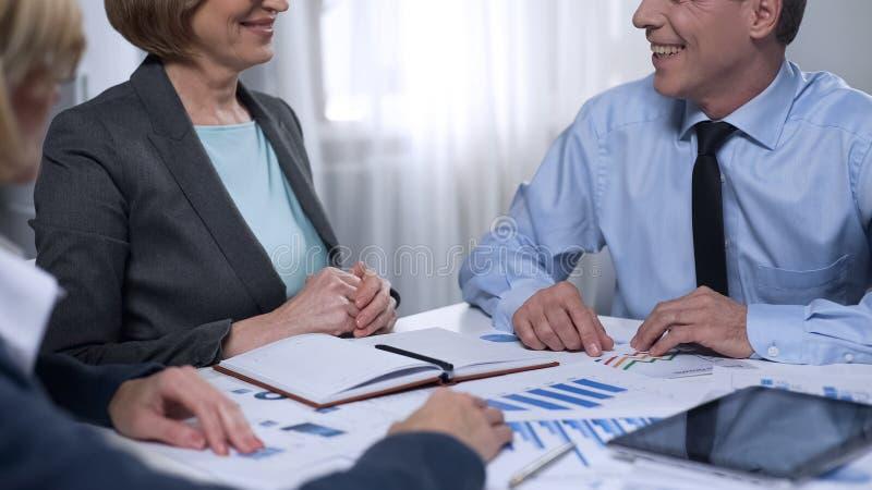 见面在办公室,同事合作,协议的新的商务伙伴 免版税库存图片