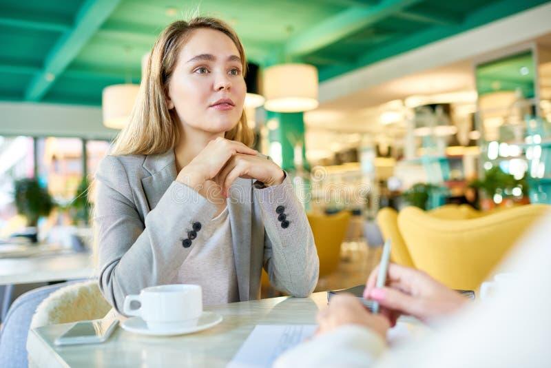 见面在咖啡休息的女商人 库存图片