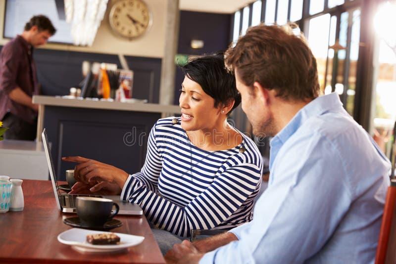 见面在咖啡的男人和妇女在餐馆 库存照片