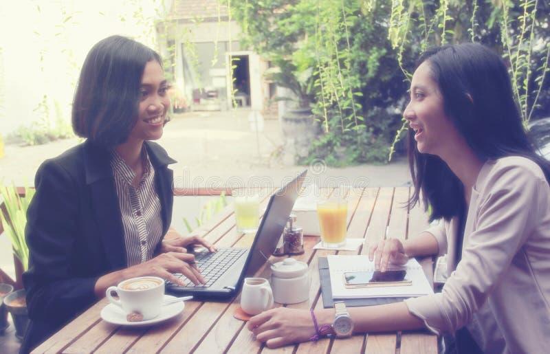 见面在咖啡馆的都市妇女 免版税图库摄影