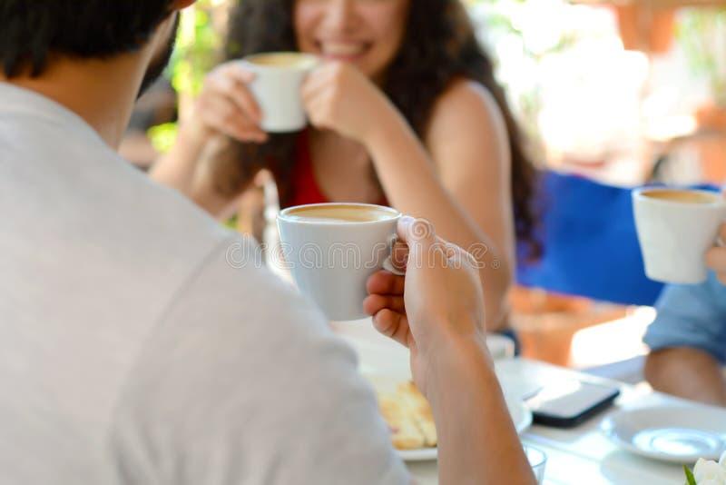 见面在地方咖啡店的小组朋友 免版税图库摄影