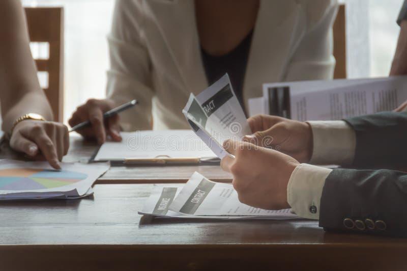 见面在工作场所的商人 免版税库存照片