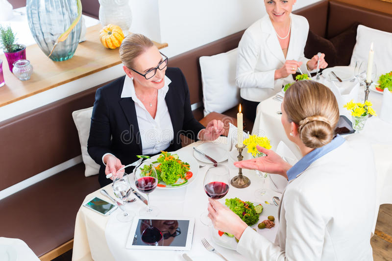 Download 见面在工作晚餐的女实业家 库存图片. 图片 包括有 白种人, 交谈, 总公司, 午餐, 小组, 高级, 女实业家 - 59101871
