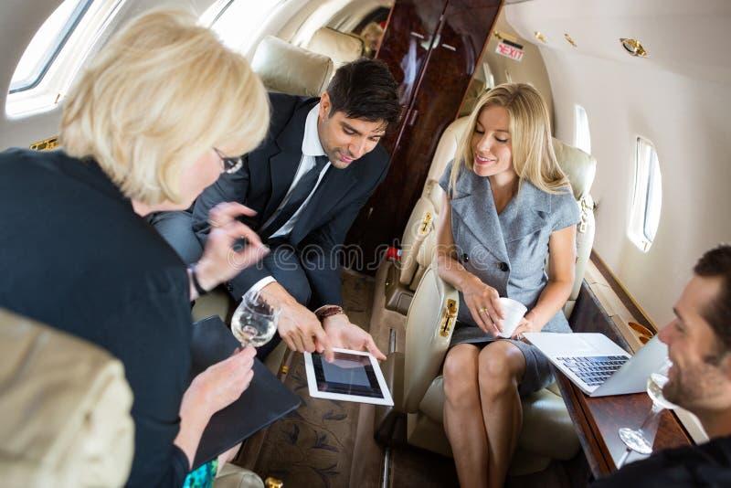 见面在私人喷气式飞机的商人 库存照片