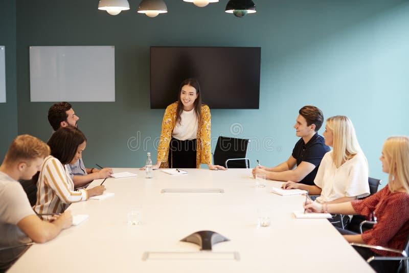 见面在表附近的女实业家地址组候选人毕业生补充评估天 免版税库存图片