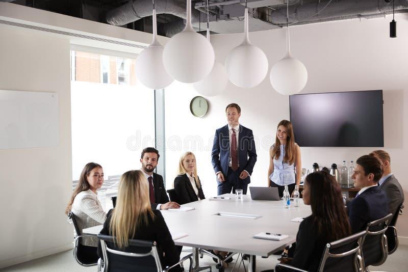 见面在表附近的小组年轻商人和女实业家毕业生补充评估天 免版税库存照片