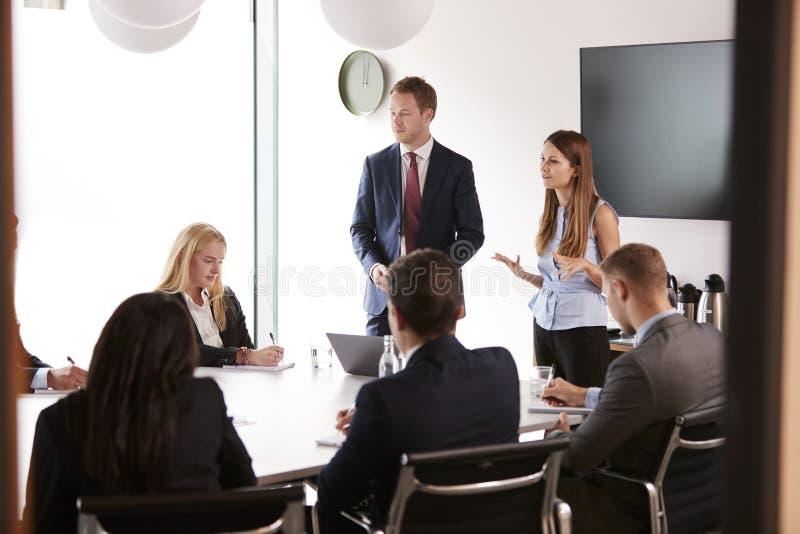 见面在表附近的小组年轻商人和女实业家毕业生补充评估天 免版税库存图片